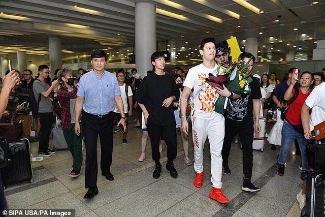 Kình ngư Sun Yang được chào đón như người hùng khi trở về quê nhà - 1