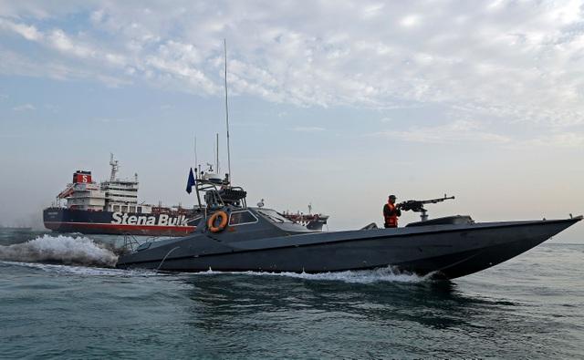 """Iran tung video """"dằn mặt"""" tàu chiến Anh trong vụ bắt tàu chở dầu - 1"""