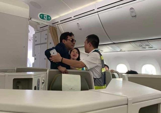 Đại gia bị tố sàm sỡ cô gái trên máy bay làm ăn thế nào? - 1
