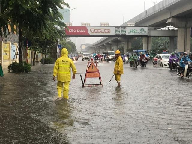 Hà Nội: Mưa lớn 30 phút, phố ngập thành sông - 1