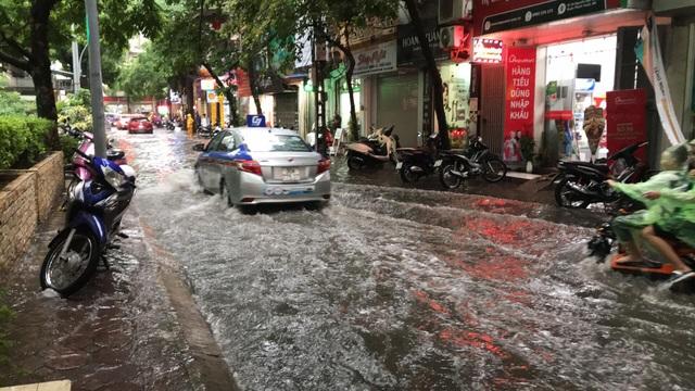Hà Nội: Mưa lớn 30 phút, phố ngập thành sông - 14