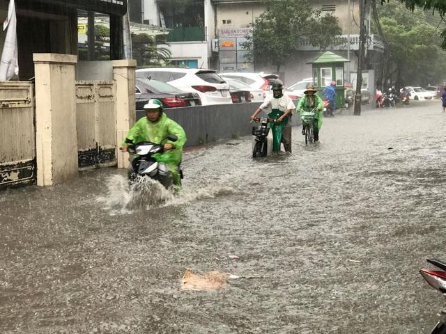 Hà Nội: Mưa lớn 30 phút, phố ngập thành sông - 7