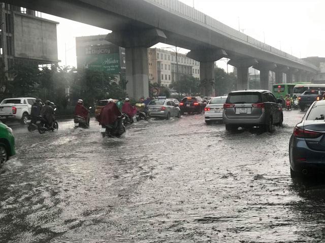 Hà Nội: Mưa lớn 30 phút, phố ngập thành sông - 2