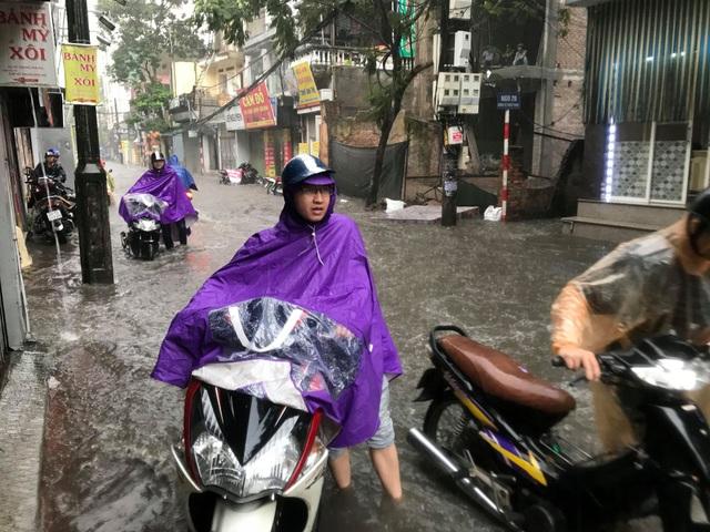 Hà Nội: Mưa lớn 30 phút, phố ngập thành sông - 12