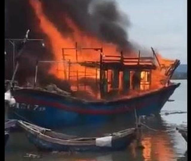 Tàu cá cháy rụi nghi do hàn xì - 1