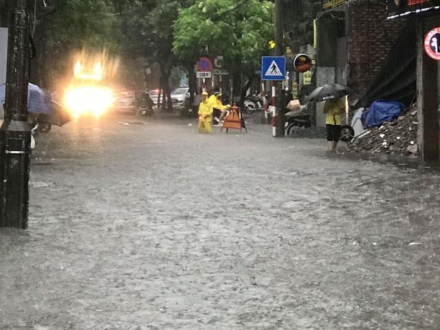 Hà Nội: Mưa lớn 30 phút, phố ngập thành sông - 4