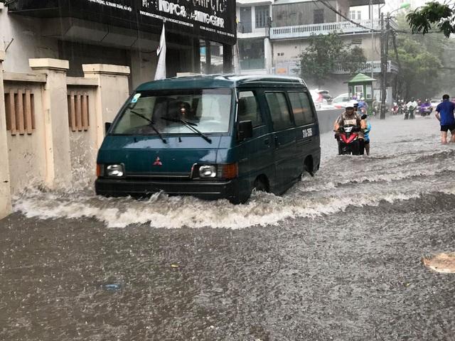 Hà Nội: Mưa lớn 30 phút, phố ngập thành sông - 5