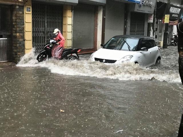 Hà Nội: Mưa lớn 30 phút, phố ngập thành sông - 3