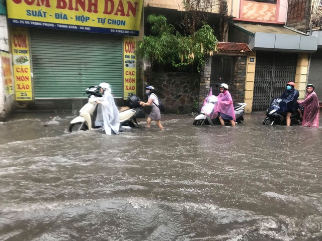 Hà Nội: Mưa lớn 30 phút, phố ngập thành sông - 11