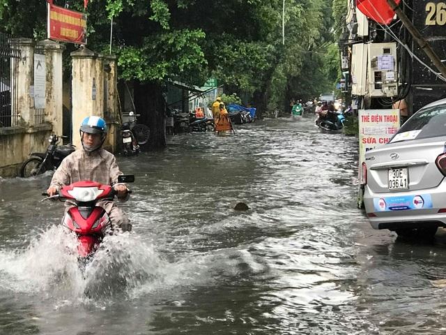 Hà Nội: Mưa lớn 30 phút, phố ngập thành sông - 13