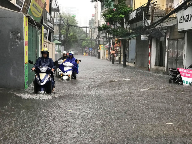 Hà Nội: Mưa lớn 30 phút, phố ngập thành sông - 8