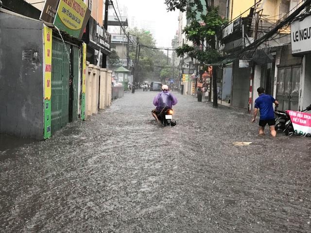 Hà Nội: Mưa lớn 30 phút, phố ngập thành sông - 9
