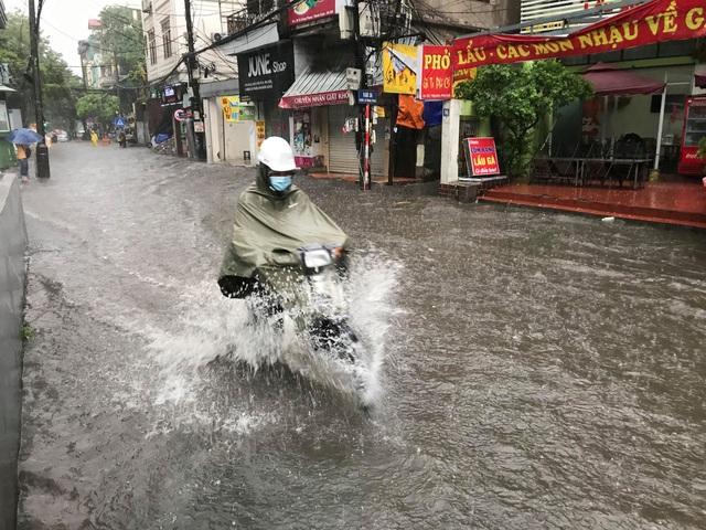 Hà Nội: Mưa lớn 30 phút, phố ngập thành sông - 6