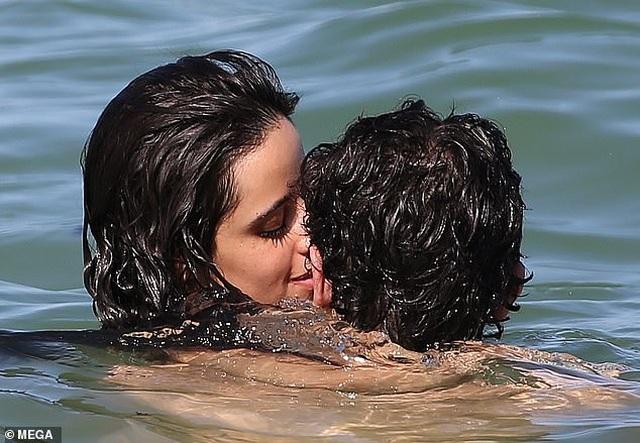 Camila Cabello tình tứ bên bồ mới - 2