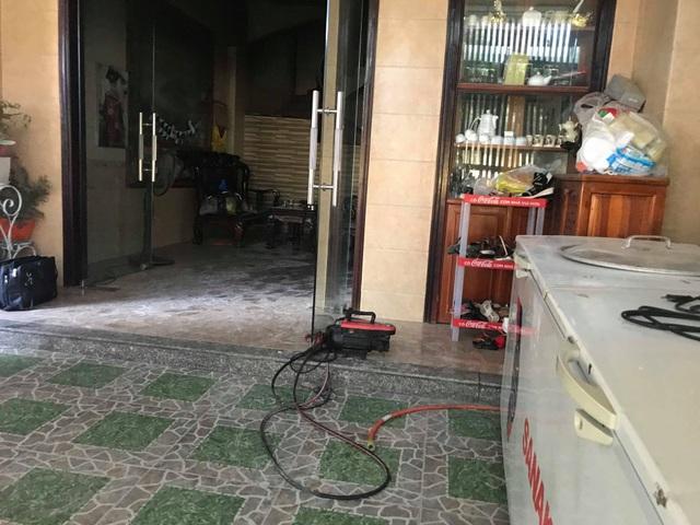 Nghi án đổ xăng đốt nhà khiến 5 người nhập viện - 1