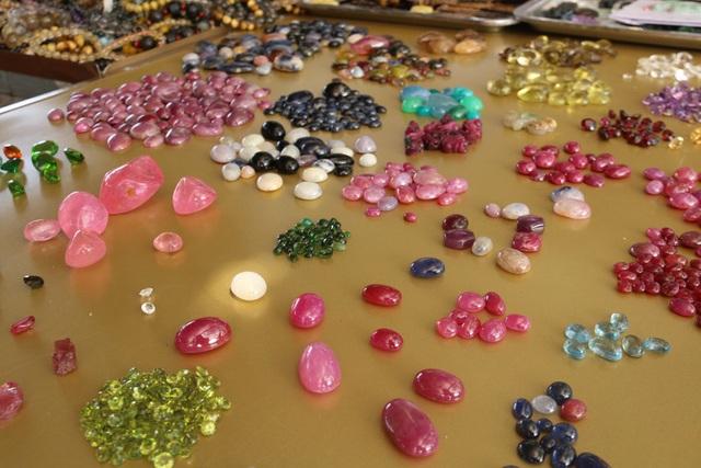 Nhóm người bất ngờ ôm trọn 3,5 tỷ đồng từ một viên đá thô xù xì - 1