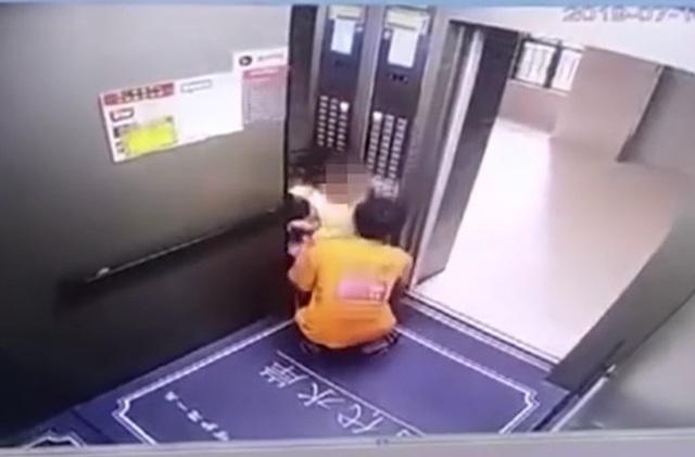 Clip kẻ biến thái bế bé gái ra khỏi thang máy để sàm sỡ khiến dân mạng phẫn nộ - 1