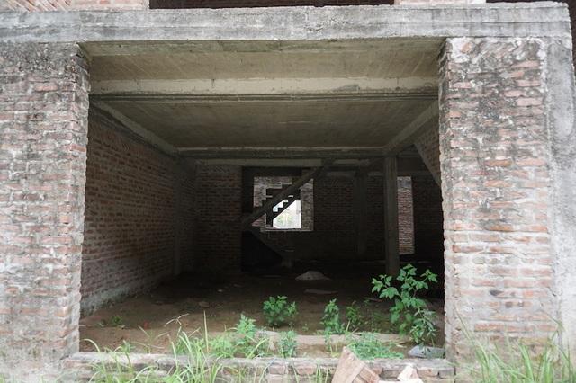 """Cận cảnh hàng loạt biệt thự bỏ hoang ở """"phố nhà giàu"""" ngoại ô Hà Nội - 5"""