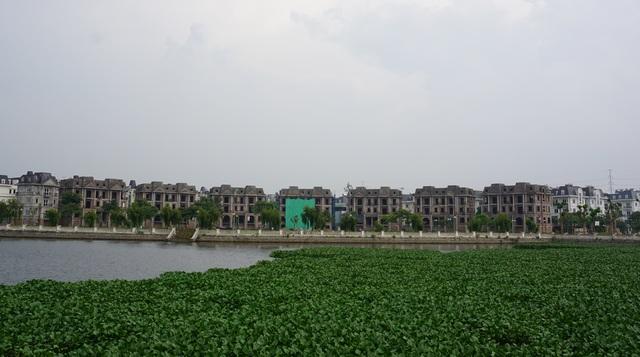 """Cận cảnh hàng loạt biệt thự bỏ hoang ở """"phố nhà giàu"""" ngoại ô Hà Nội - 8"""