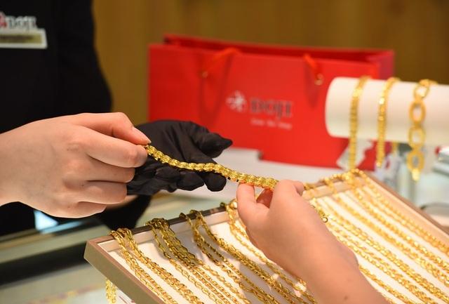 Giá vàng tăng gần 6 triệu đồng/lượng so với đầu năm - 1