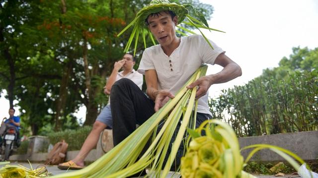 Hô biến lá dừa nước miền Tây thành giỏ hoa, con vật ở Hà Nội, kiếm tiền triệu mỗi ngày - 2