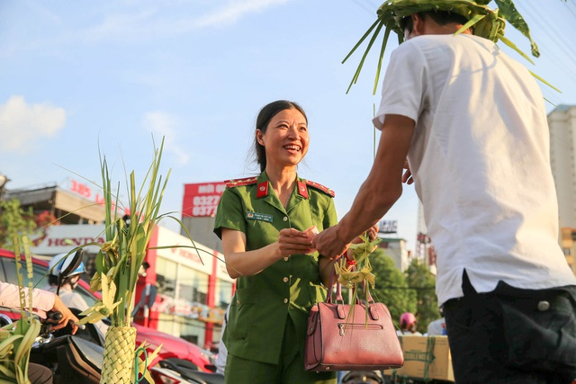 Hô biến lá dừa nước miền Tây thành giỏ hoa, con vật ở Hà Nội, kiếm tiền triệu mỗi ngày - 10