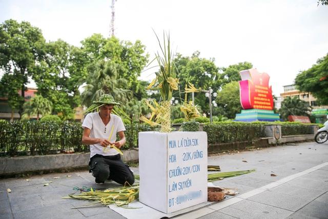 Hô biến lá dừa nước miền Tây thành giỏ hoa, con vật ở Hà Nội, kiếm tiền triệu mỗi ngày - 1
