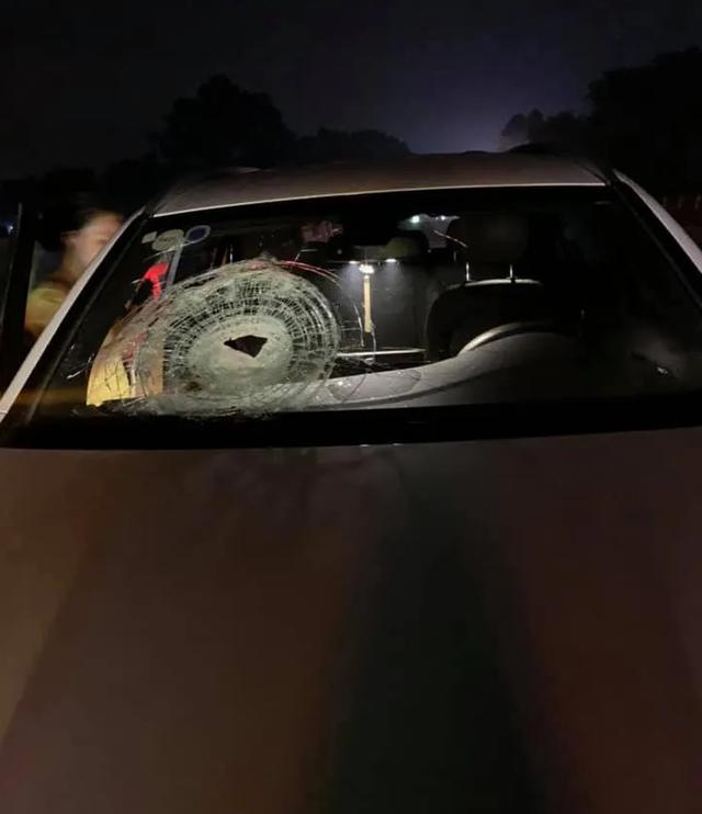 Xe Mercedes bị ném đá vỡ kính trên cao tốc Hà Nội - Thái Nguyên - 1