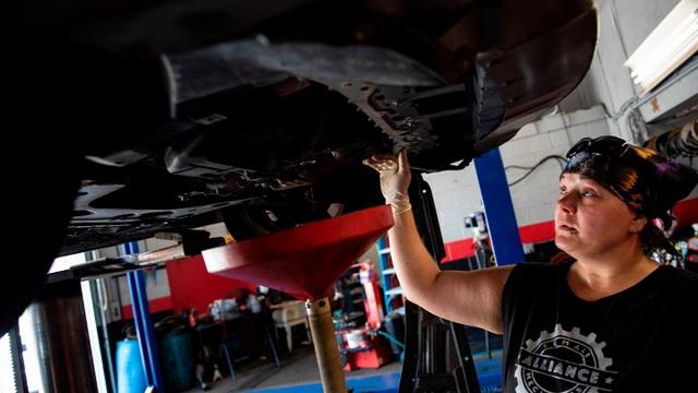 Vì sao có nơi ở Mỹ cấm người dân sửa ô tô tại nhà? - 1