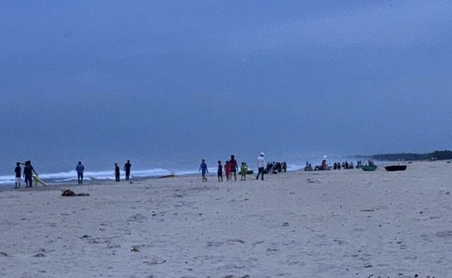 Đang tìm kiếm hai học sinh bị sóng biển cuốn trôi, mất tích ở Đà Nẵng - 2