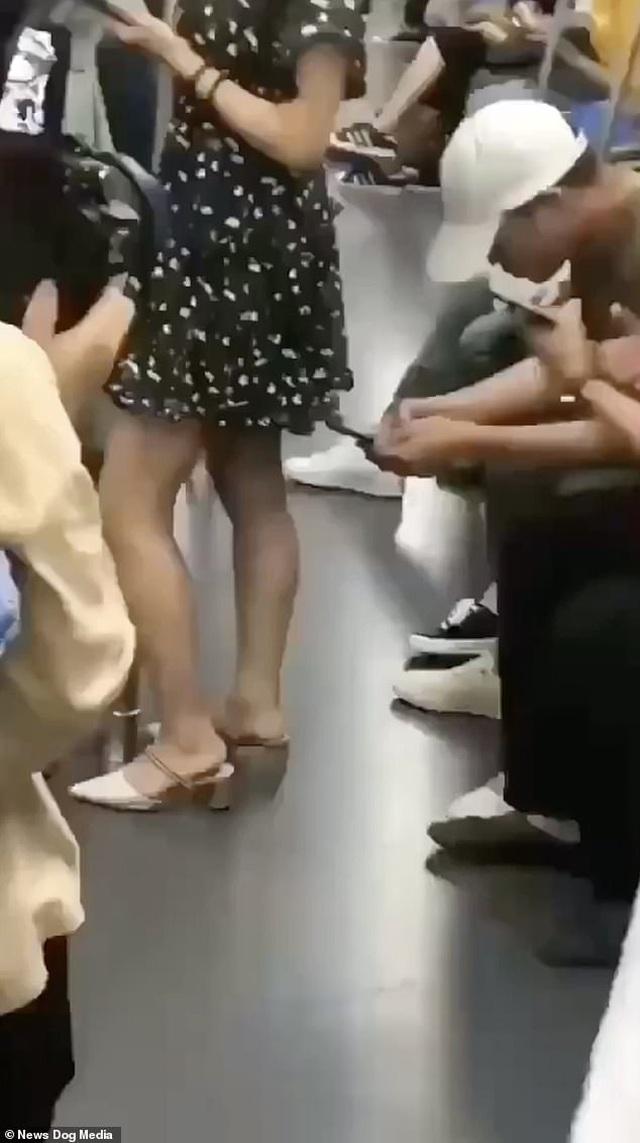 """""""Yêu râu xanh"""" đặt điện thoại dưới váy nữ hành khách để quay lén - 2"""