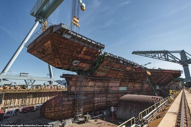 Cận cảnh quá trình Mỹ lắp ráp tàu sân bay đắt đỏ nhất thế giới - 2
