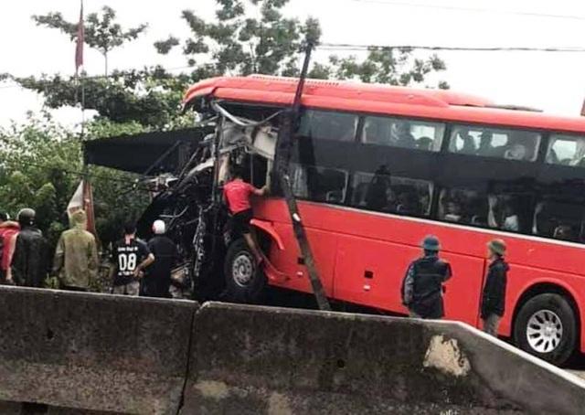 Xe khách lao vào nhà dân, đầu xe nát bét, tài xế bị thương - 1
