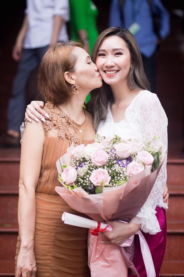 """""""Bông hồng"""" Lào gốc Việt xinh đẹp trong lễ tốt nghiệp tại Học viện Ngoại giao - 10"""