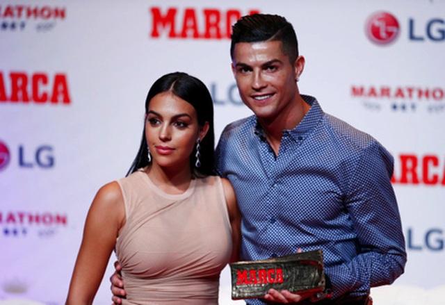 Bạn gái C.Ronaldo khoe dáng với loạt hình nội y nóng bỏng - 2