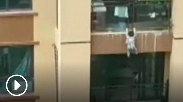 Video bé ba tuổi bay từ tầng 6 xuống đất - 1