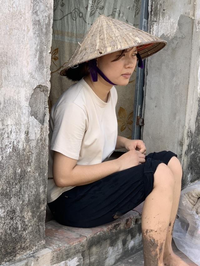 Cô bé 19 tuổi mơ có chiếc máy may để kiếm tiền nuôi bố tâm thần và 2 em - 1