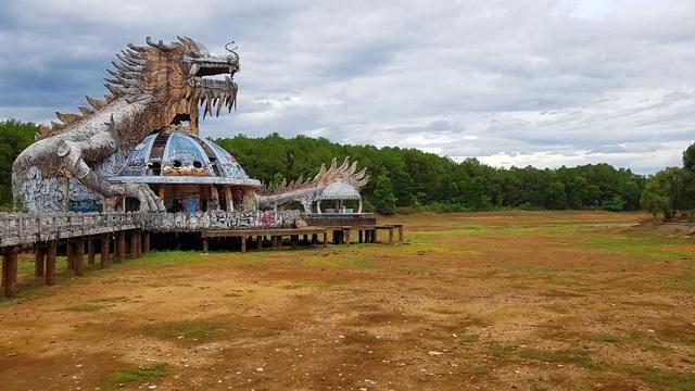 Sửng sốt cảnh công viên nước bỏ hoang ma mị từng lên báo Mỹ bỗng cạn khô trơ cả đáy - 2