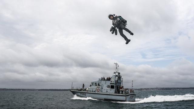 Video người tên lửa của Anh bay lượn như chim trên tàu hải quân - 1