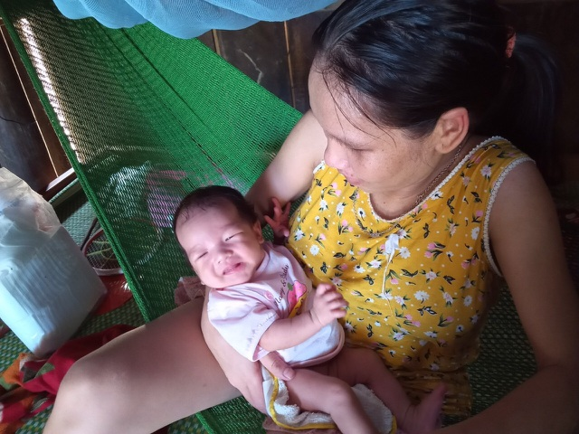 Xót thương người mẹ lưng gù khóc cạn nước mắt khi biết con vừa sinh đã mắc bạo bệnh - 5