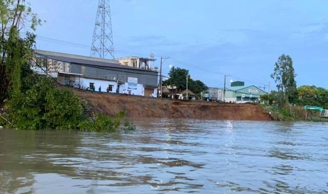 Hàng chục mét đường quốc lộ đổ ụp xuống Sông Hậu - 1