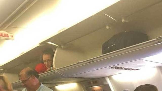Tiếp viên hàng không hành động lạ, chui vào hộc hành lý nằm - 2
