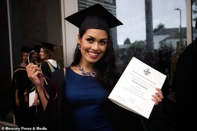 Hoa hậu có hai bằng Đại học, IQ 146, trở thành bác sĩ ngay sau đăng quang - 5