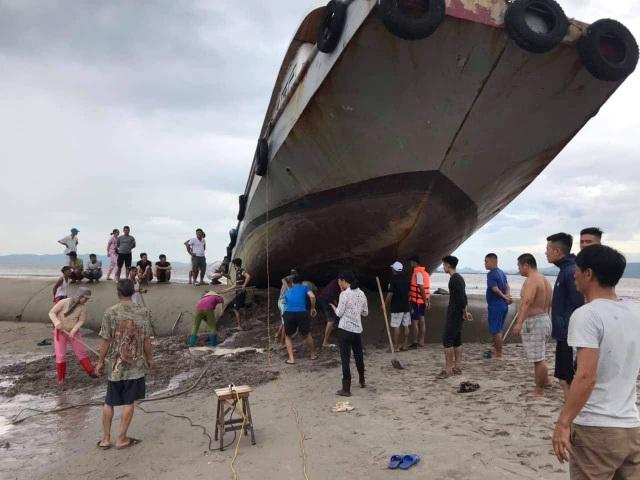 Trên đường tránh trú bão, tàu khách mắc kẹt trên đê bao dự án lấn biển - 3