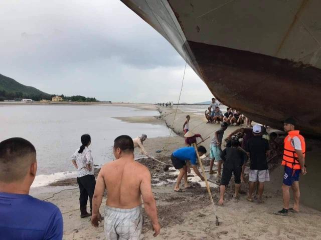 Trên đường tránh trú bão, tàu khách mắc kẹt trên đê bao dự án lấn biển - 4