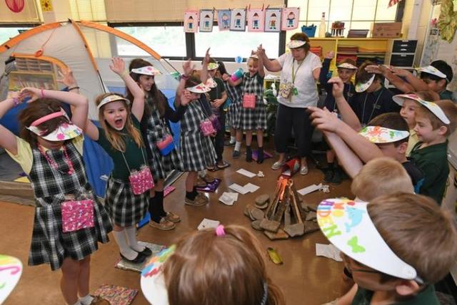 Mỹ: Cô giáo biến lớp thành trại hè giúp học sinh thích thú học tập hơn - 1