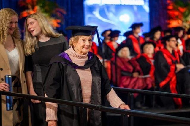 Cụ bà nhận bằng thạc sĩ ở tuổi 90: Không có từ không thể trong từ điển - 1