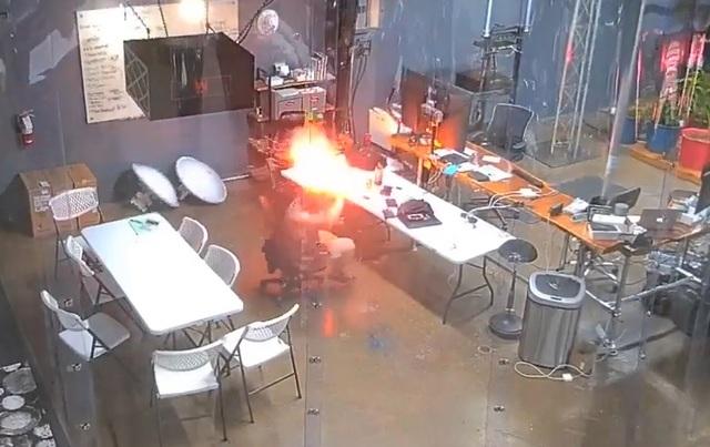 Sốc khoảnh khắc pin iPhone bất ngờ phát nổ ngay trước mặt người dùng - 1