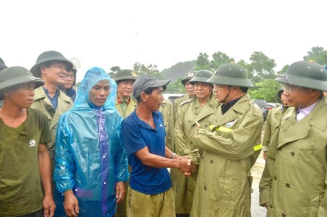 Phó Thủ tướng Trịnh Đình Dũng kiểm tra công tác phòng chống bão số 3 - 2