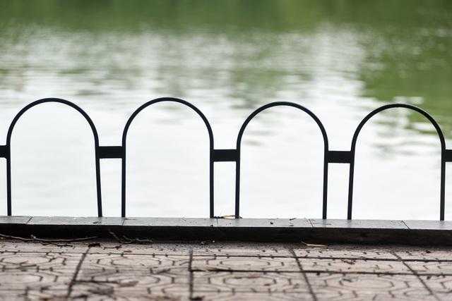 Bờ Hồ Gươm được dựng rào sắt, đặt biển cảnh báo sụt lún - 3